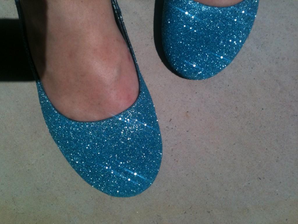 Не покупала обувь на свадьбу, а сделала ее сама: старые туфли засияли по-новому