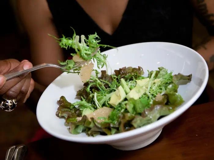 Куриный рулет, зеленый салат, спагетти и не только: эксперты рассказали, какие блюда не стоит подавать на свадебном банкете