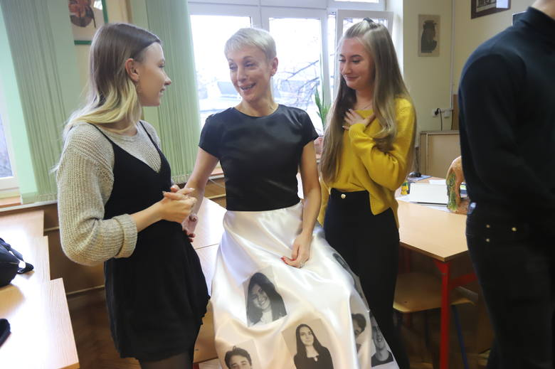Учительница сделала особое платье для выпускного с фотографиями своих учеников