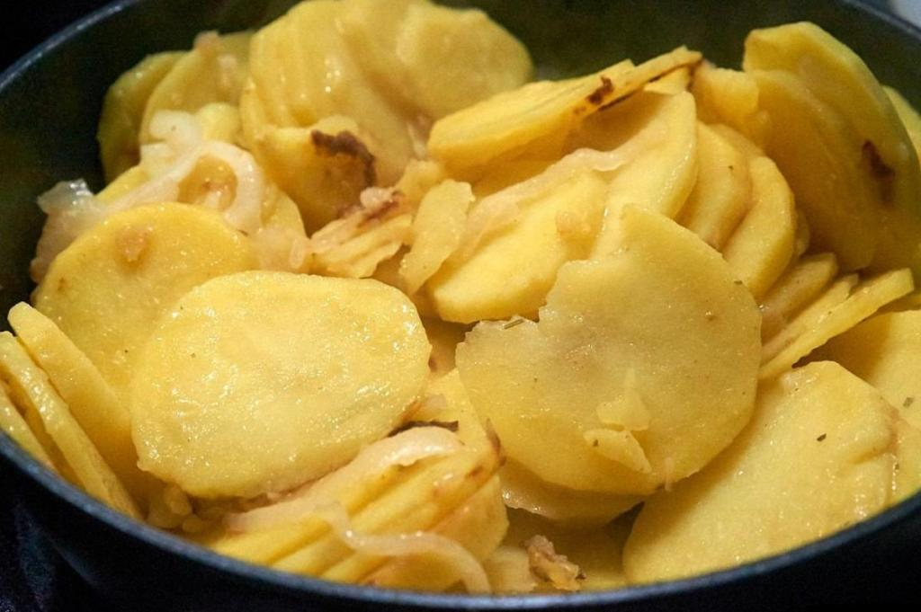 Бабушка покупает картошку по дешевке и закатывает ее в банки без соли: с ней ужин будет на столе через 15 минут