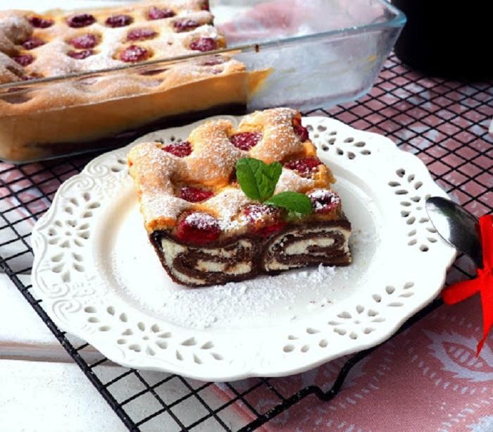 Приготовила из шоколадных блинчиков воздушный пирог с малиной: супруг подумал, что я его купила