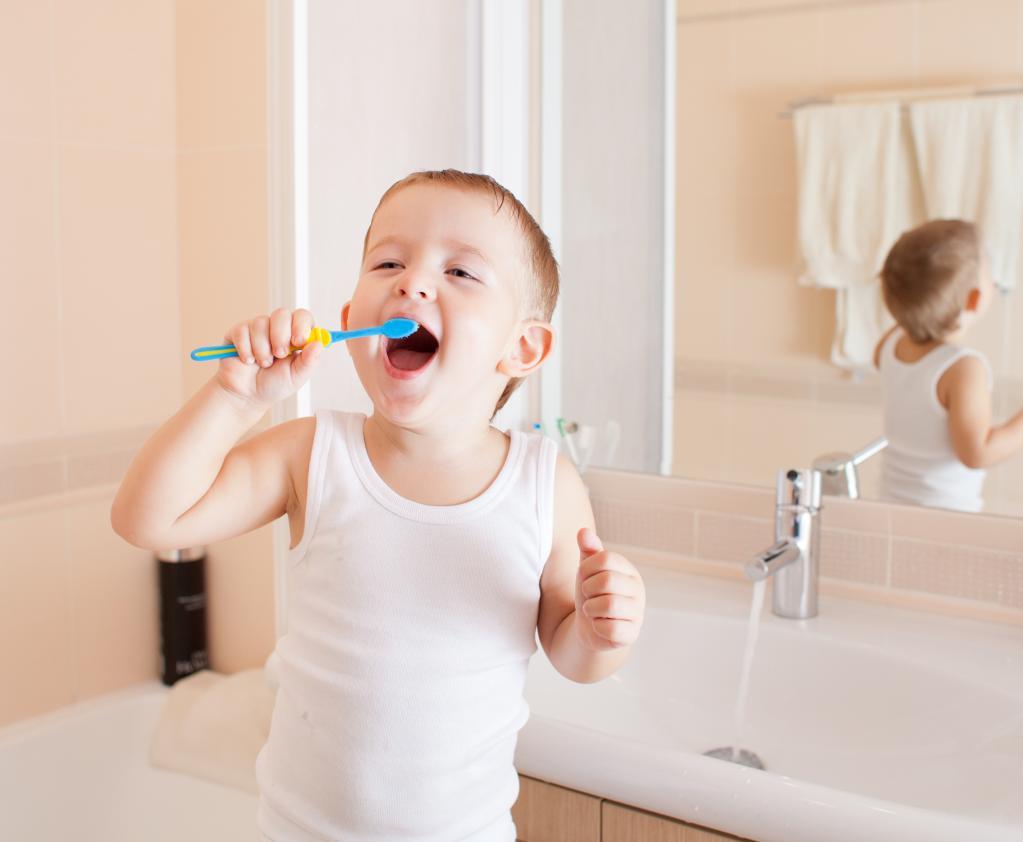Ребенок не хочет чистить зубы? Папа придумал, как увлечь малыша на 2 минуты - он попросил дочь записать подкасты