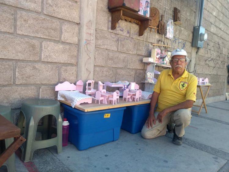 Дедушка грустил, потому что никто не хотел покупать его мебель для кукол, пока не вмешался незнакомец