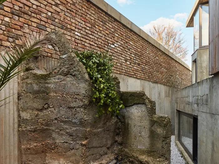 """""""Человек-крот"""" 40 лет копал тоннели под собственным домом. Теперь там подземная художественная студия (фото)"""