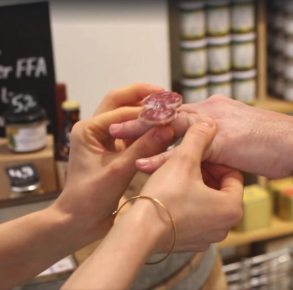 Вот какой подарок нужно было дарить на День всех влюбленных мужу: кольцо из колбасы (фото)