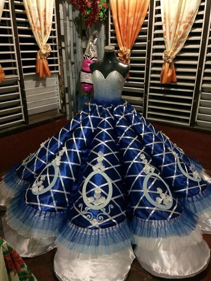 Родители не могли купить дочери наряд на выпускной. Тогда брат сам создал для сестры ослепительное платье, в котором она всех затмила