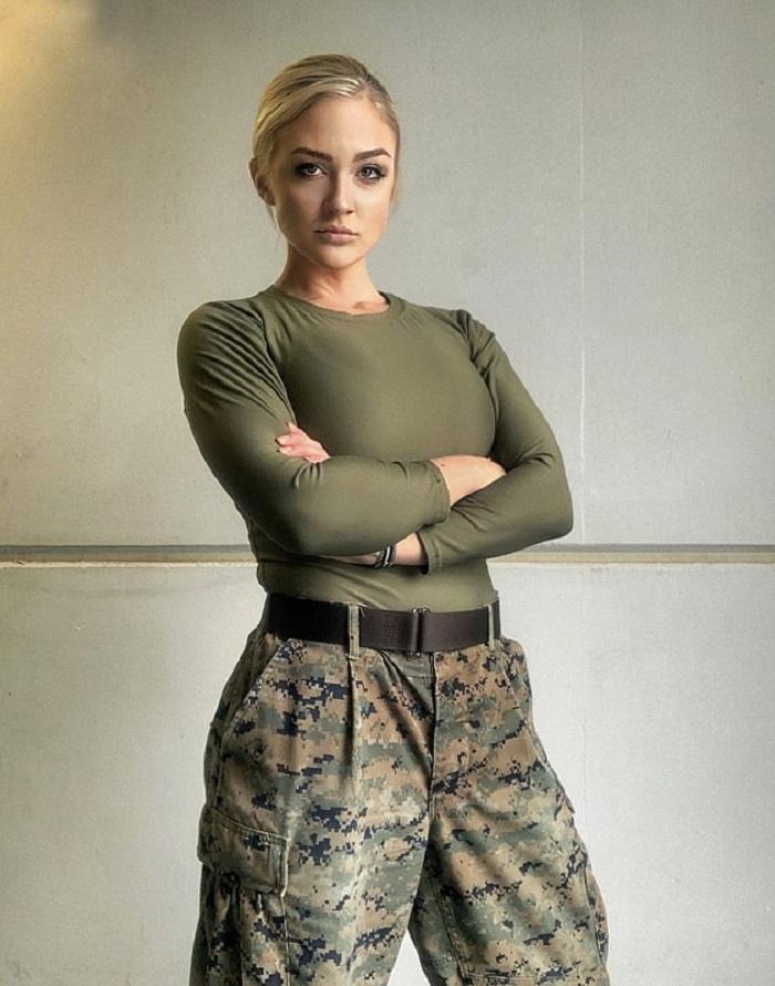 Американка пошла в армию, но ее не воспринимали всерьез и даже называли Барби. Прошли годы, и девушка поставила всех на место своими успехами и карьерой