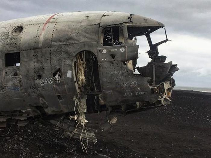 Исчезающий самолет: в Исландии старый военный аэробус постепенно «уменьшается» не без помощи местных жителей