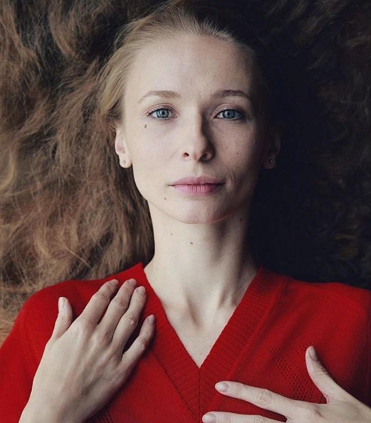 """Как выглядит женщина, укравшая сердце звезды фильма """"Калашников"""" (новые фото)"""