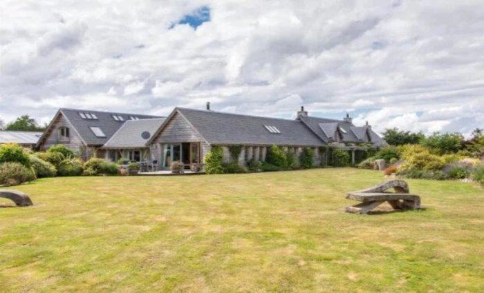 Если вкладываться, то в недвижимость: как выглядят два особняка, купленные новоиспеченным миллионером Адрианом Бейфордом