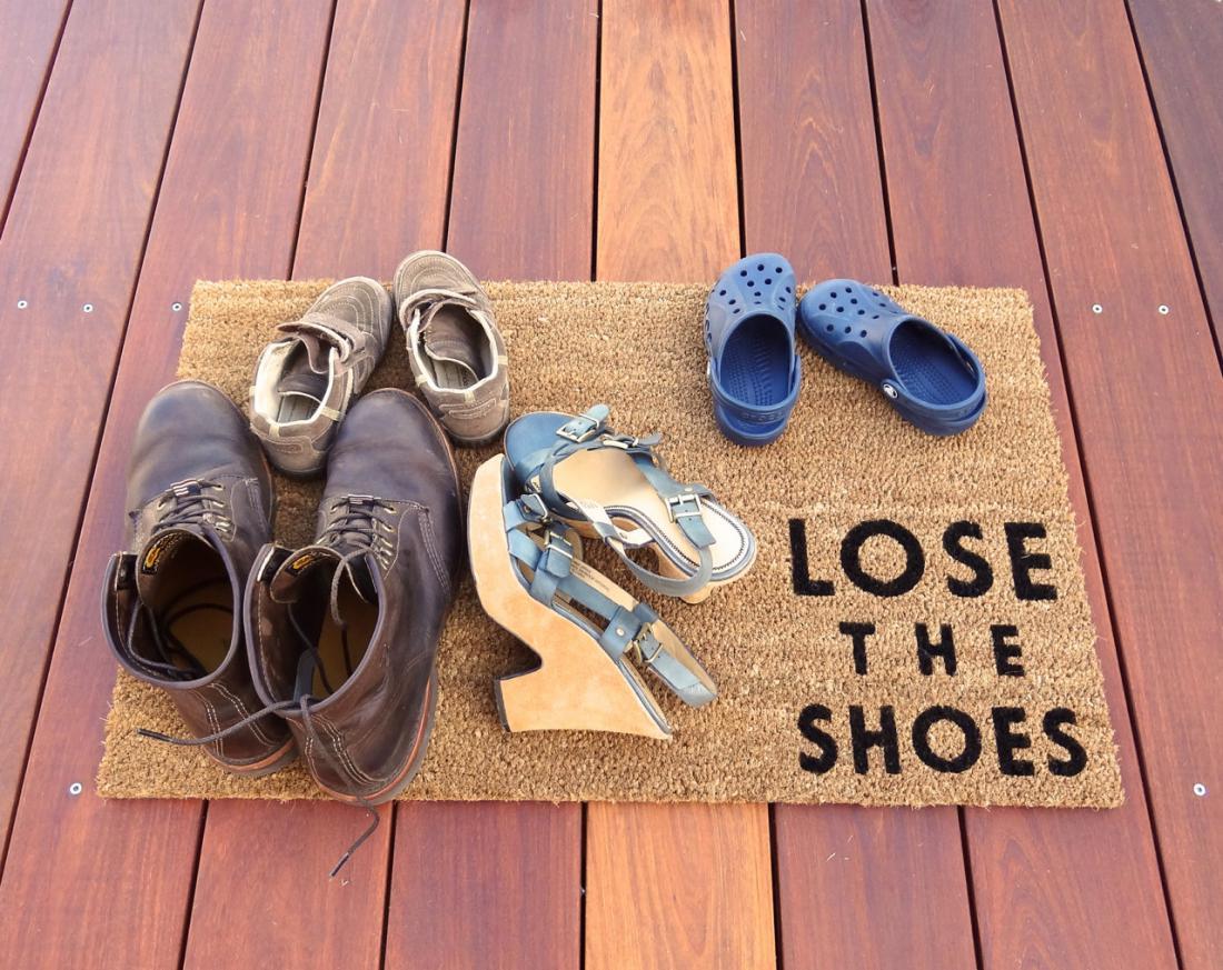 Ученые выяснили почему следует снимать обувь заходя в дом