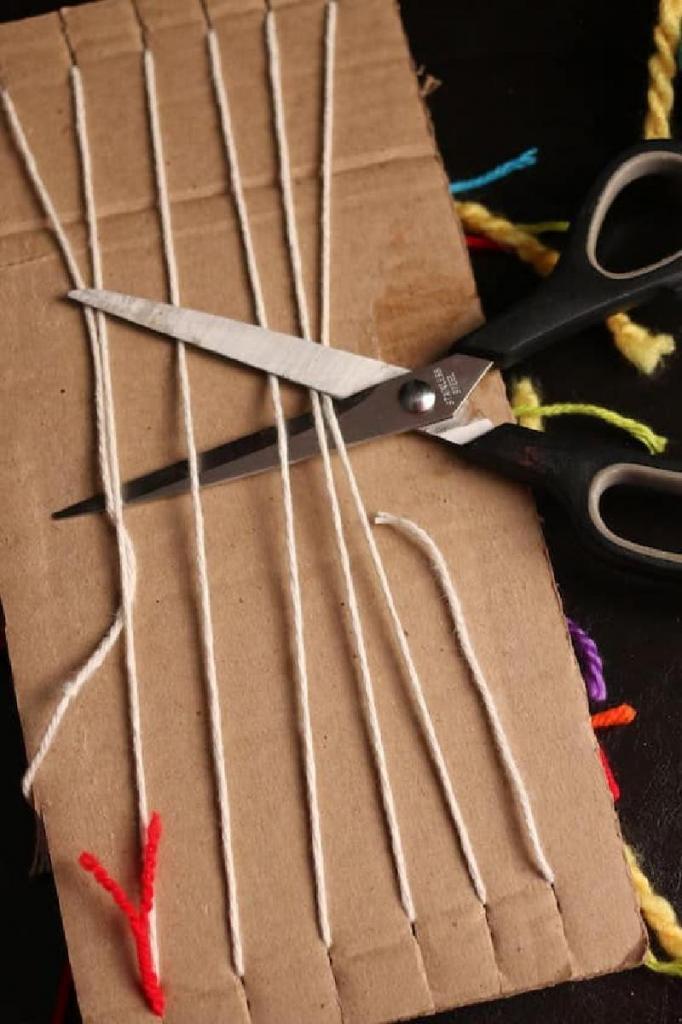 Фенечки можно плести легко и просто: для этого понадобятся пряжа и картон