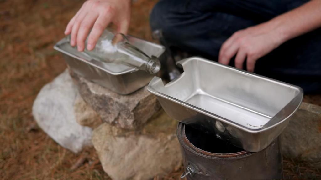 Простой дистиллятор из двух бутылок превращает соленую воду в пресную