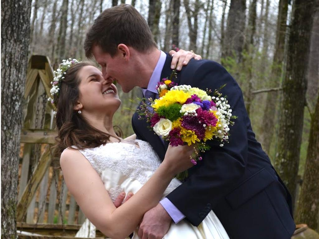 Пара не хотела, чтобы коронавирус разрушил их планы, поэтому поженилась через 2 дня после помолвки: как молодоженам удалось организовать свадьбу так быстро