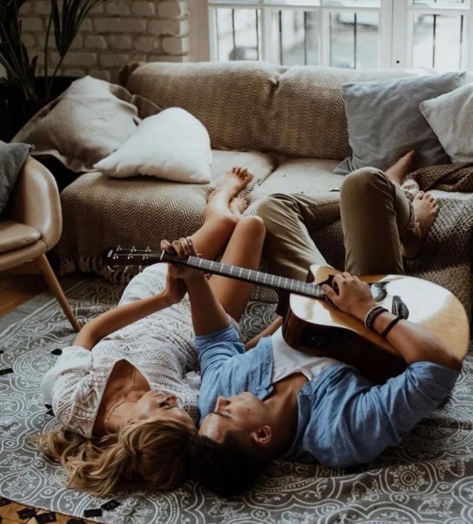 Романтика для двоих: написать песню и другие варианты для домашних свиданий во время карантина из-за коронавируса