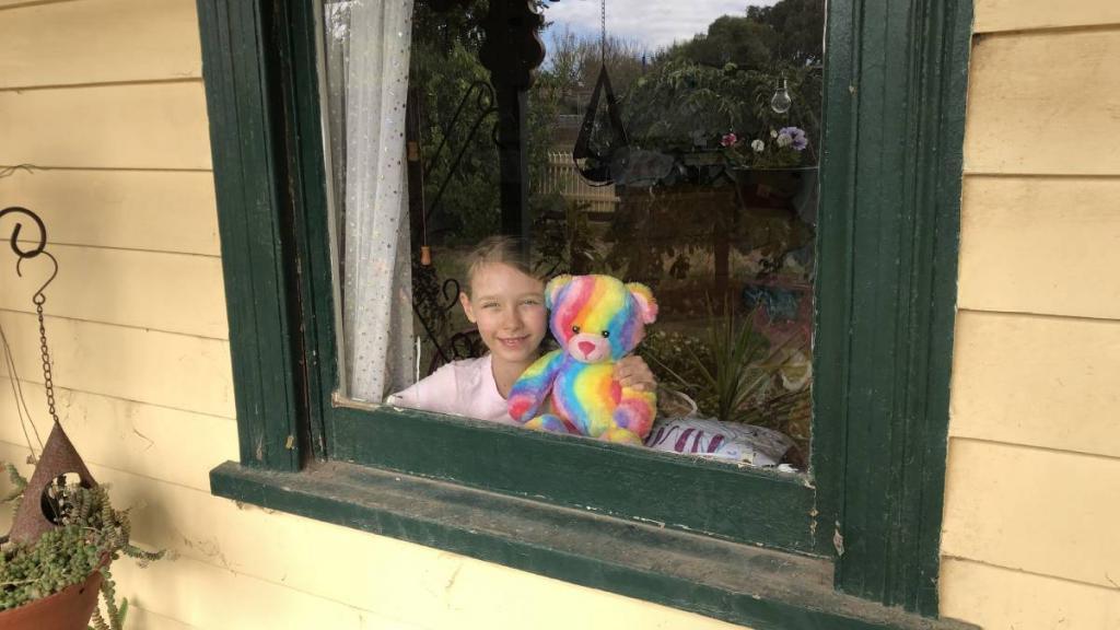 Мирная охота на медведя: родители придумали, как развлечь детей во время вынужденных каникул
