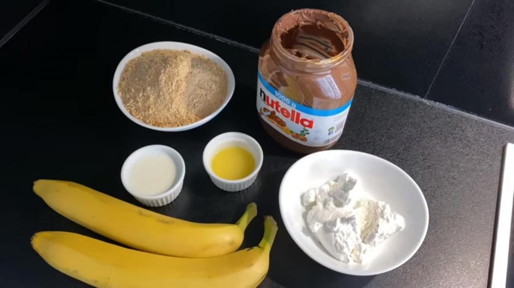 Не люблю выпечку, поэтому готовлю шоколадный рулет с бананом за 10 минут: рецепт с фото