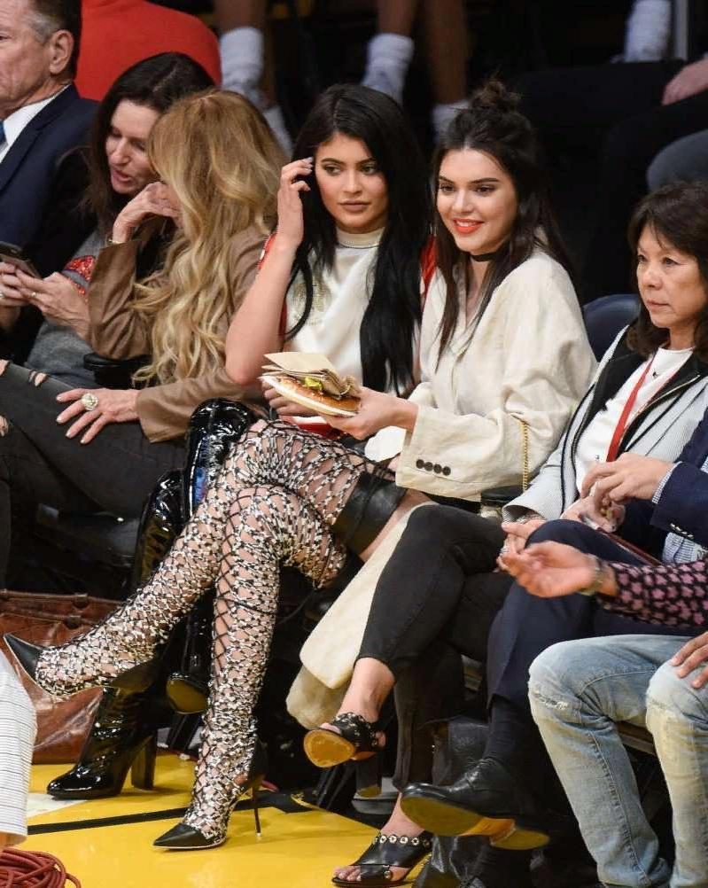 Когда со вкусом беда: Ким Кардашян и другие знаменитости в довольно странной обуви