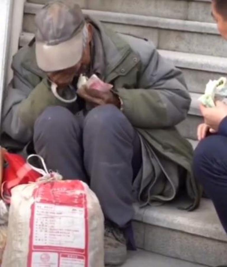 Молодой человек в дорогом костюме подошел к нищему, который собирался поесть черствую булочку, и попросил у него денег на проезд