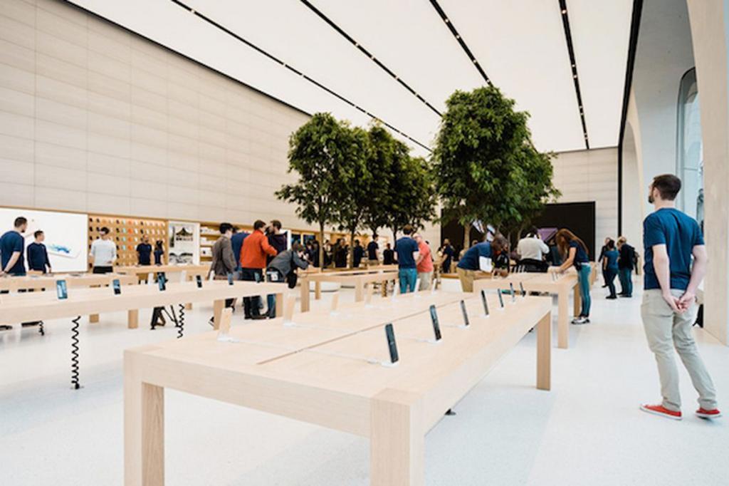 Apple Store сменила график работы. Владельцам, оставившим телефоны на ремонт, теперь не так просто забрать их обратно