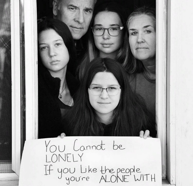 Послание через окно: Стивен Лавкин начал фотографировать семьи, изолирующиеся в Бруклине, Нью-Йорк