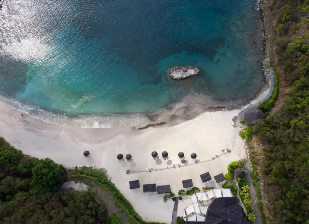 Когда мы сидим на карантине, то тоскуем по тем дням, когда могли загорать и чувствовать песок под ногами: 10 заманчивых островов