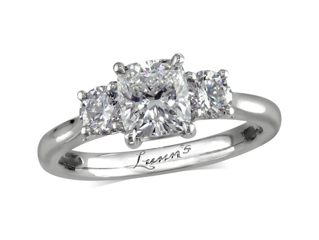 Девушка решила похвастаться в соцсети своим кольцом. Но ее руки привлекли больше внимания