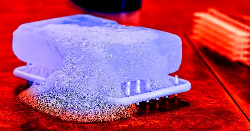 Мыло разбивает оболочку вирусов за 20 секунд: почему надо слушать врачей
