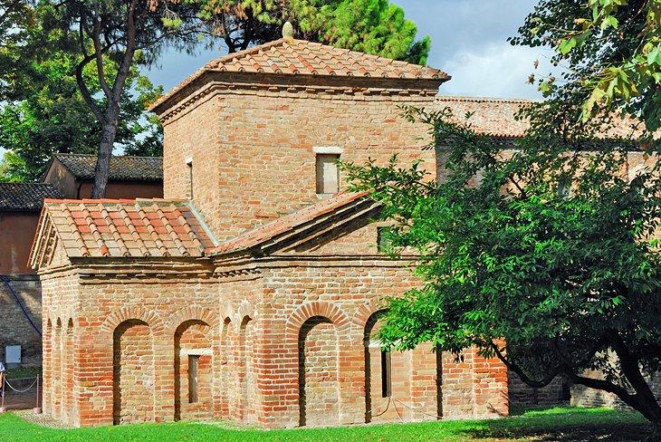 11 популярных достопримечательностей города Равенны: церковь Сан-Витале построена в первой половине VI века