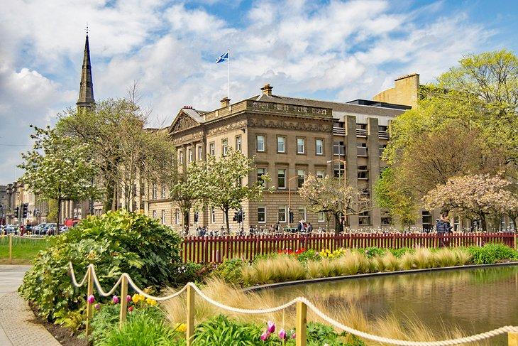 Красочные районы и отели Эдинбурга: где остановиться различным категориям туристов