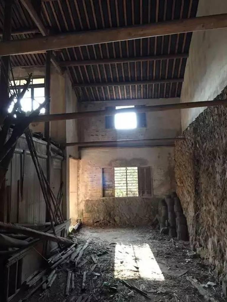Девушка всегда мечтала жить в деревне. Вернувшись в старый дом родителей, она превратила его в роскошный особняк