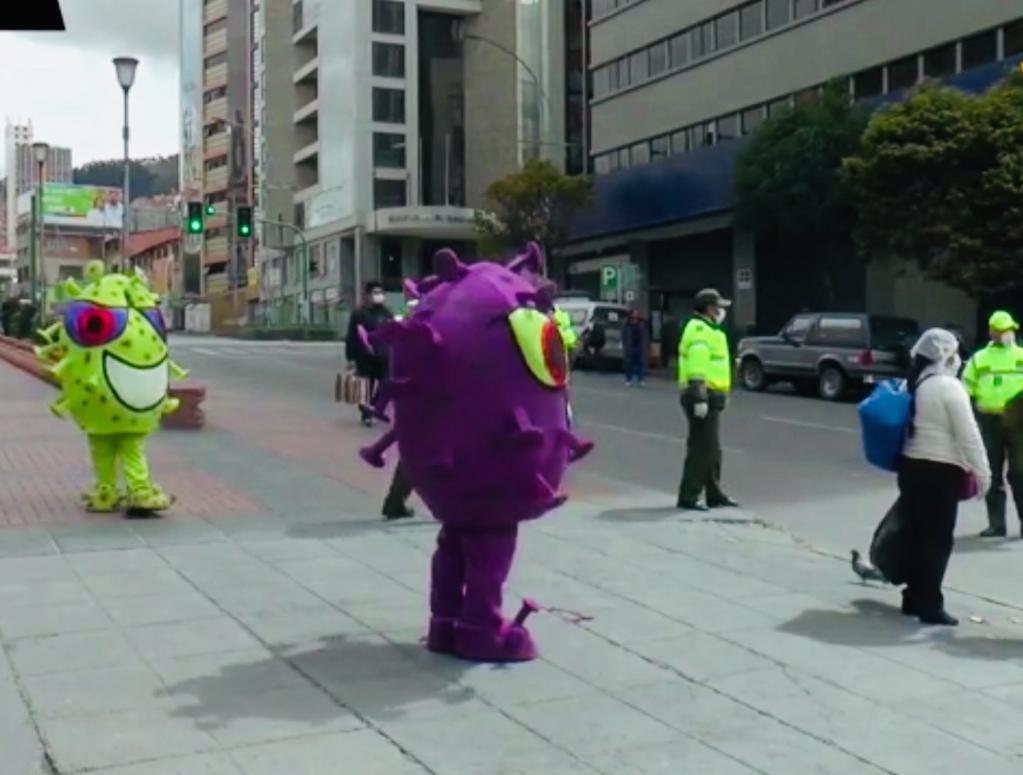 Полицейские в Боливии, надев яркие костюмы, призывают людей не выходить из дома (видео)