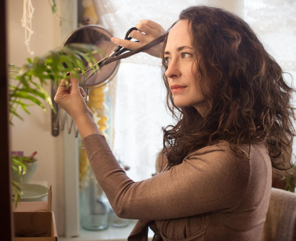 Стричь кудрявые волосы советуют только в салонах, но я могу доказать обратное: подравняла свою пышную прическу прямо дома