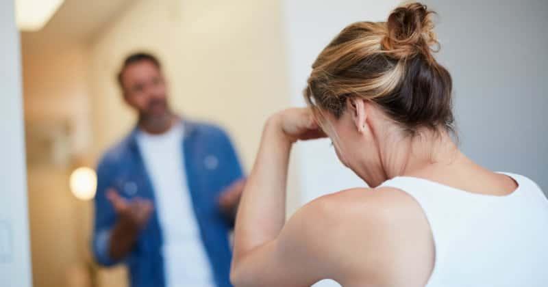 Он меньше старается для развития отношений: как понять, что ваш партнер желает доминировать