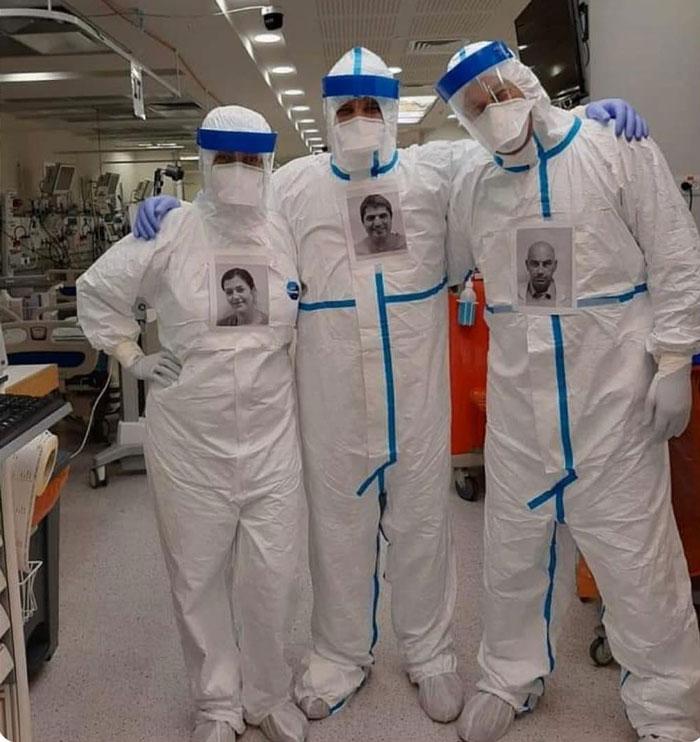 Чтобы их не боялись: врачи, лечащие пациентов с коронавирусом, наклеивают свои фото на защитные костюмы