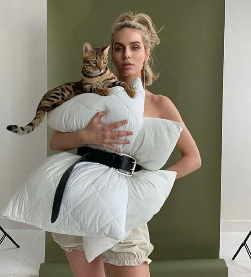В Instagram набирает популярность новый тренд: платье-подушка