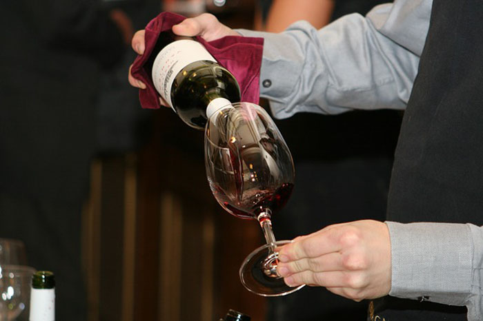 Погорел на мелочах: знаменитый сомелье мог описать любое вино, но оказывается, он просто угадывал вкус