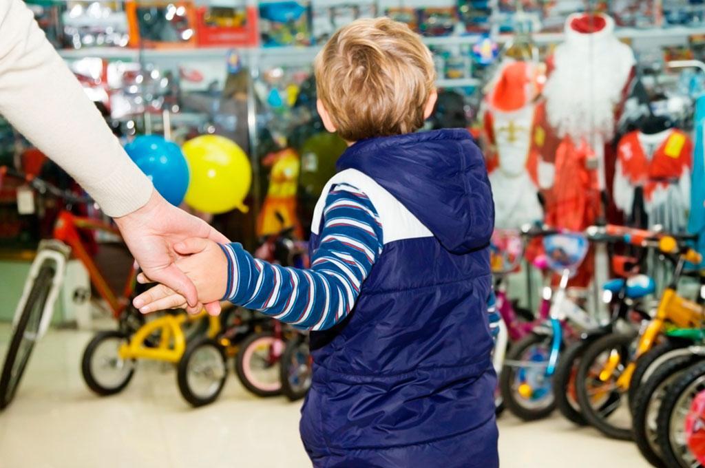 """Когда ребенок говорит """"купи"""", не стоит ему отвечать, что нет денег: мнение психологов"""