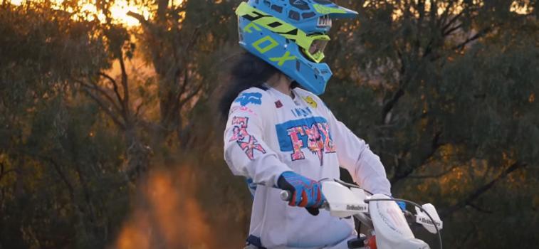 Байк KTM Enduro: видео в стиле 80-х годов поднимает настроение, а в этом люди сегодня очень нуждаются