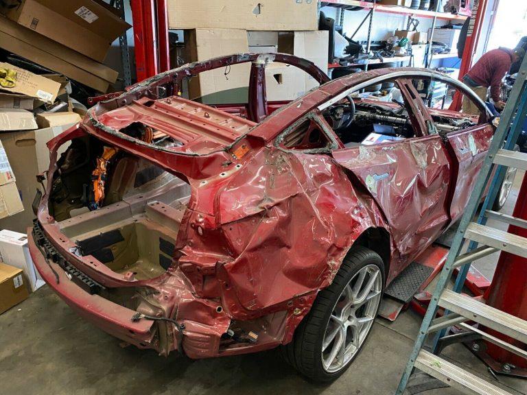 Tesla Model 3: непонятно, как этот автомобиль передвигается, но хозяин выставил его на аукцион за 1 $. Сегодня за него дают уже 15 099 $