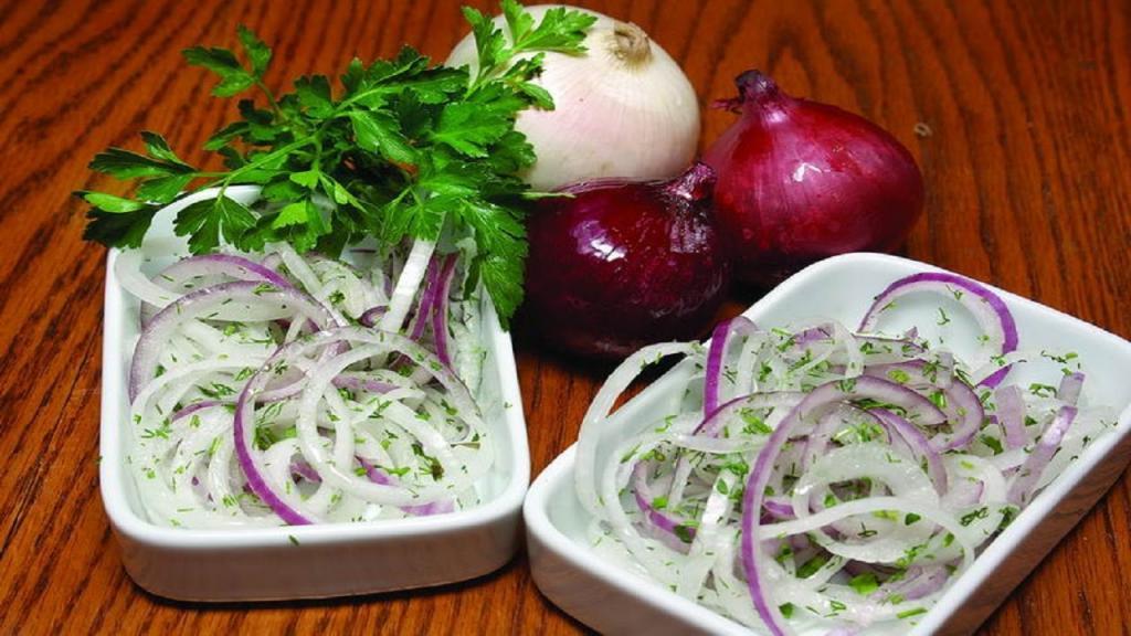 Сколько масла, лука и соли нужно класть в маринад для сочного шашлыка: 3 секрета