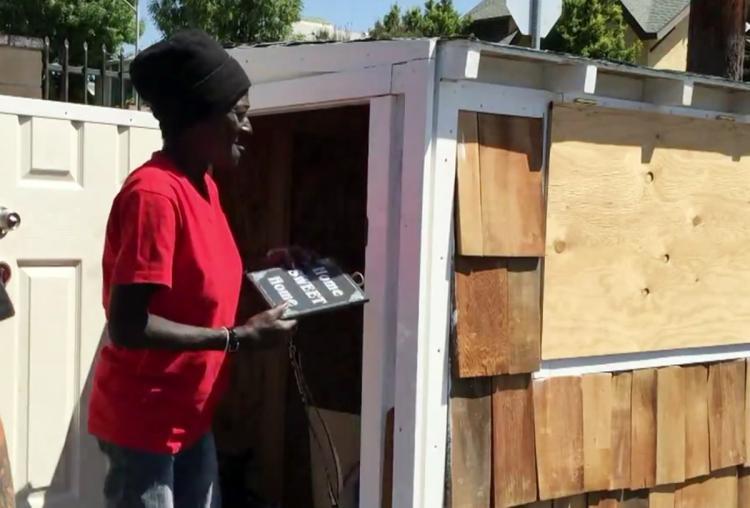 Парень решил сколотить небольшой домик для бездомной женщины, которая спала перед его домом
