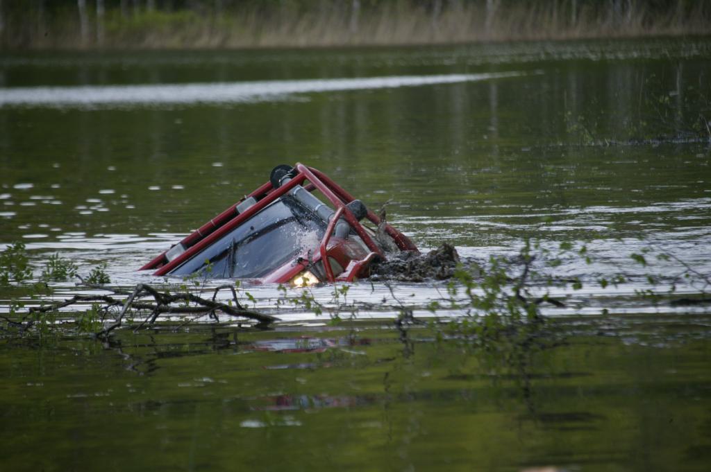 Безумная автомойка: самые нелепые водные испытания, которые мужчины устраивают своим железным коням