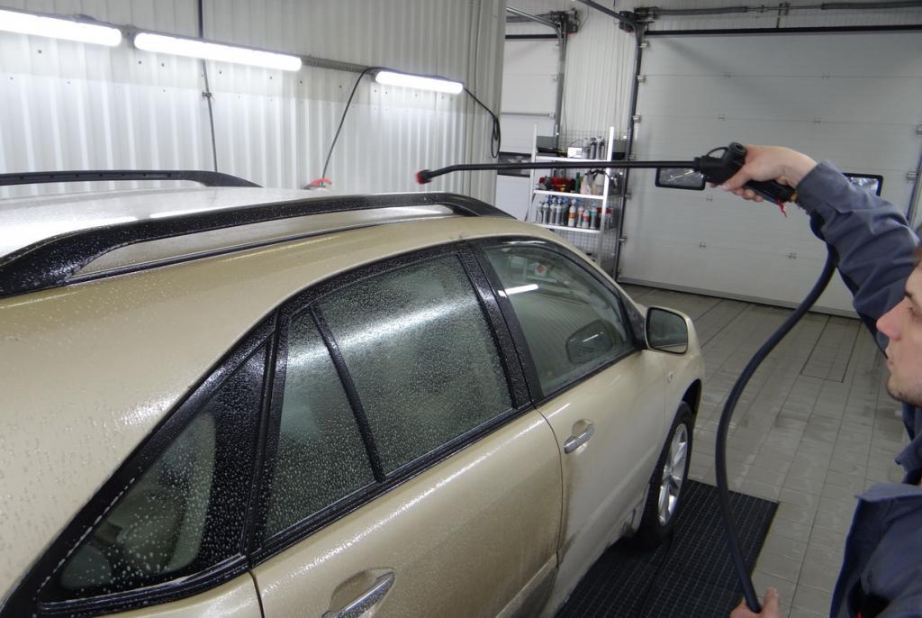 """Тесть показал, как правильно держать """"пистолет"""" на бесконтактной автомойке: 3 из 4 водителей делают это неправильно"""