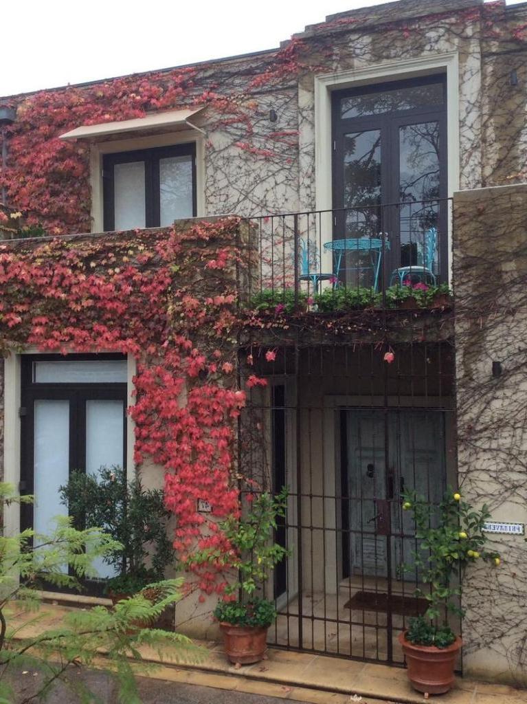 300-летняя дверь, привезенная из Северной Италии, вдохновила пару построить шикарный дом в Австралии
