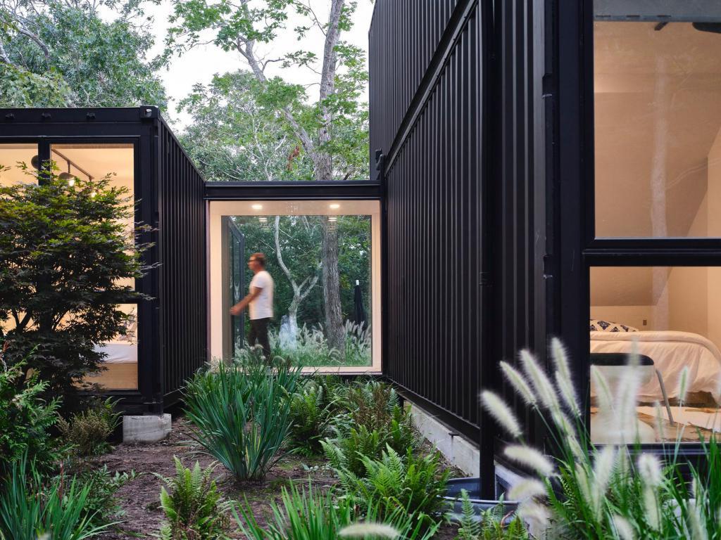 Профессионалы показывают мастер-класс любителям: архитекторы тоже решили построить дом из контейнеров. Фото снаружи и внутри