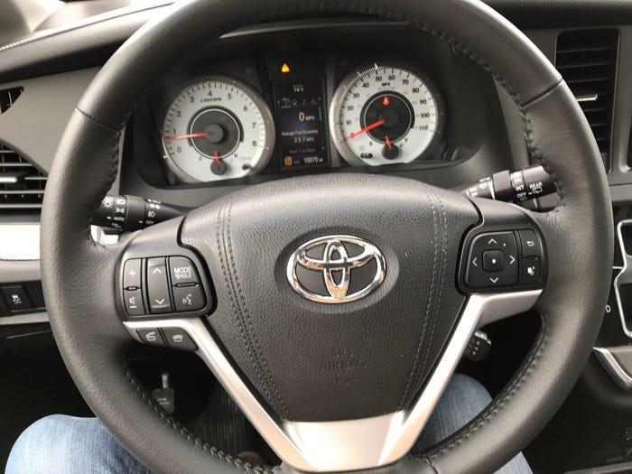 Toyota Sienna 2021 в новом дизайне и с гибридным приводом наконец-то сможет на равных конкурировать с лидерами сегмента минивэнов