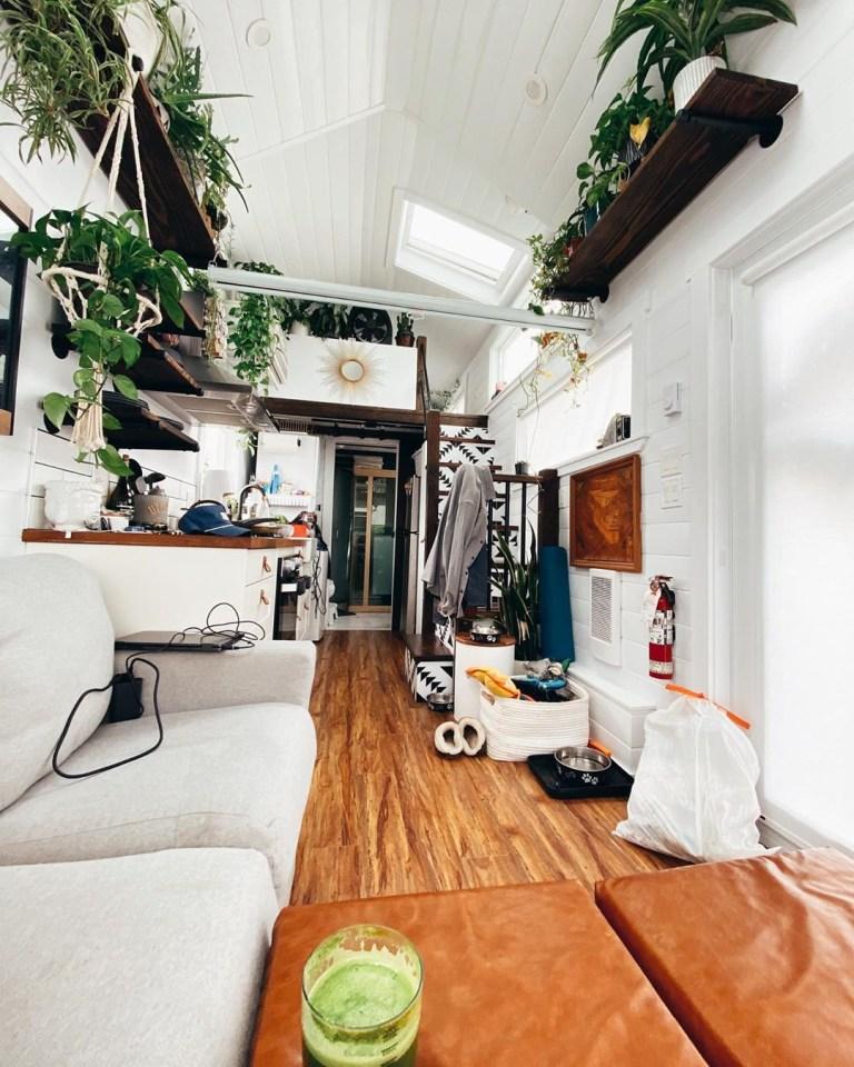 Пара создала крошечный дом на колесах, в нем есть даже сауна. Вы не поверите, каков он внутри