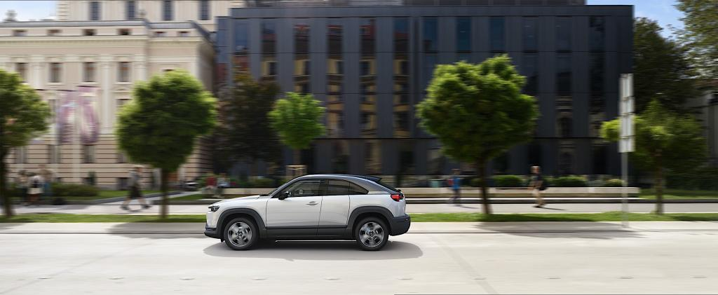 Mazda открыла прием предзаказов на электрический MX-30. Первые клиенты получат в подарок домашнее зарядное устройство