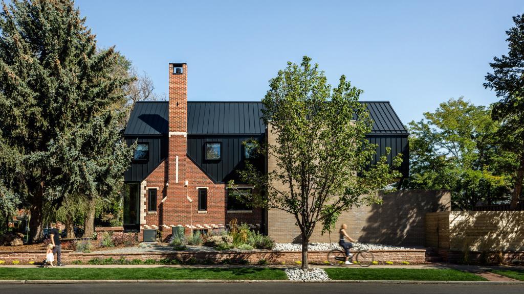 Дизайнеры умело сделали пристрой площадью 164 кв. метра к старому дому 1930 года